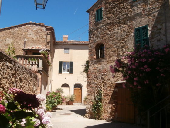 CASTELMUZIO, CASA DEL VICOLO: A CHARMING AND INTIMATE TOWNHOUSE WITH A VIEW €195.000