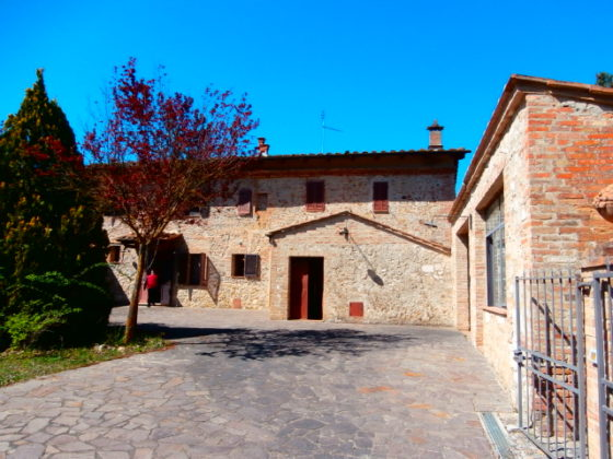 SAN GIOVANNI D'ASSO, MONTALCINO, VERNINA: A LOVELY FARMHOUSE WITH PRIVATE GARDEN €335.000
