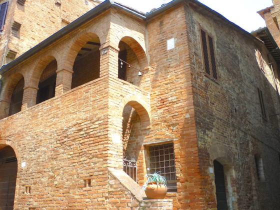 BUONCONVENTO, LA LOGGETTA: AN INTIMATE TOWNHOUSE WITH PRIVATE ANCIENT LOGGIA €130.000